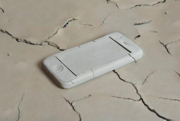 Foto van een gescheurd blanco mobieltje op een gescheurde ondergrond